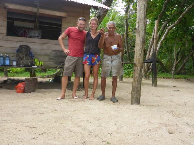 Polo ist um die 75 Jahre alt,redet eine schwer verständliche Sprache aus Jamaika-englisch gemischt mit Spanisch. 5 Tage zelteten wir an seinem Strand.Er erzählte uns dass der erste Bagpacker 1994 kam, vorher war er allein an seinem Strand