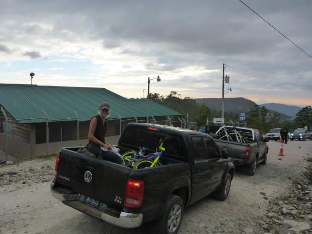 Der Grenzübergang der in keiner Karte zu finden ist...Zum Glück nahm uns ein netter Salvadorianer mit sonst hätten wir 30km laufen müssen