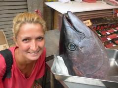 auf dem Fischmarkt in Tokyo fanden wir diesen riesen Tunfischkopf (re)