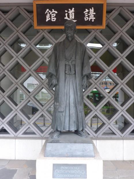 Jigoro Kano (1860-1938), er entwickelte Judo. 30m links von der Statue ist das Kodokan- das erste richtige Judo-Dojo mit mittlerweile 1206 Matten
