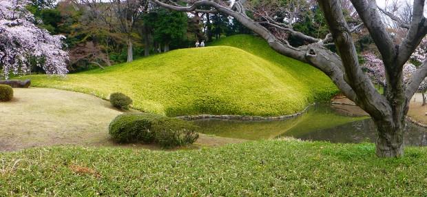 Japanische gaerten spiegeln die Natur wieder, sie zeigen verkleinert landschaftsformen wie Berge,Taeler und Seen