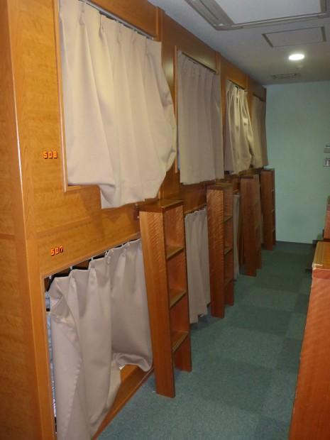 Schlafkabinen im Hostal in Tokyo...fuer so ein Loch bezahlt man 25$ pro Nacht