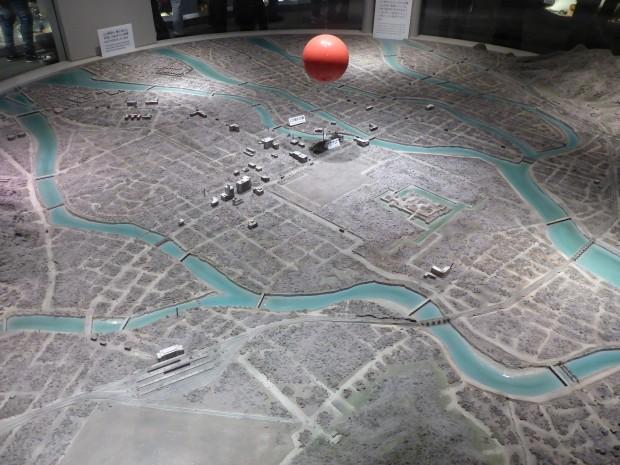 Modell der Wirkungszone.Der rote Ball ist die A-Bombe 600m über der Erdoberfläche gezündet.1 Million Grad Celcius im Kern erhitzten die Erdoberfläche für 1,7 sec auf 4000 °C im Radius von 3 Kilometern