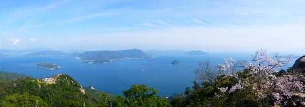 Ein herrlicher Ausblick auf ein paar von Japans 6852 Inseln