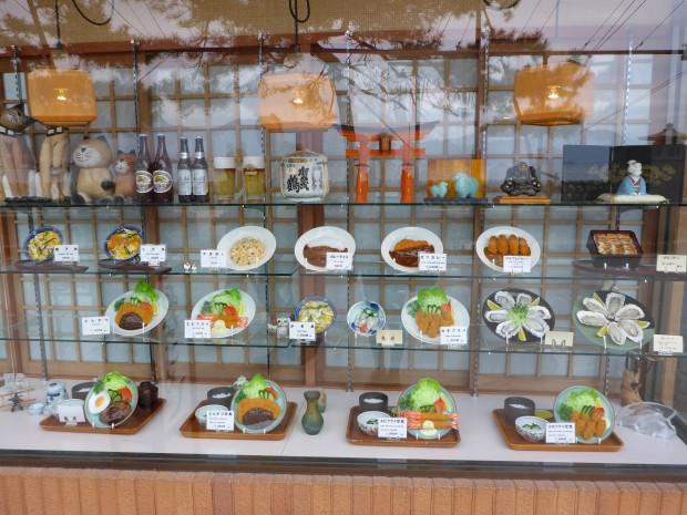 Fast Überall:  Plastik Essen zeigt dem potenziellen Kunden was er in diesem Restaurant erwarten darf