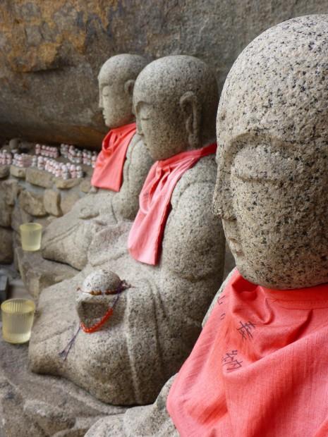 Nahezu alle Buddas sind hier mit Muetzen oder Umhaengen geschmueckt