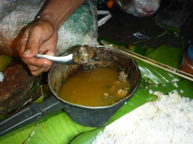 Ratteneintopf (Eingeweide werden mit gekocht) un die Lahus schmatzten